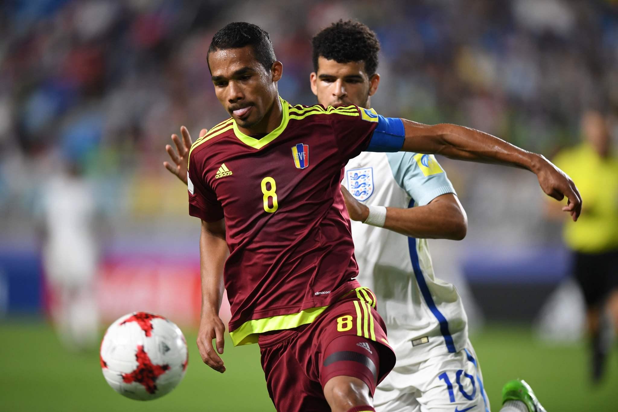 Yangel Herrera protege el balón ante Solanke.