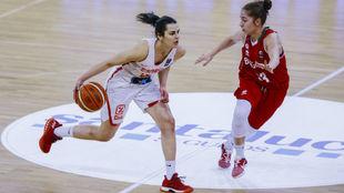 Leticia Romero sube el balón para la selección española