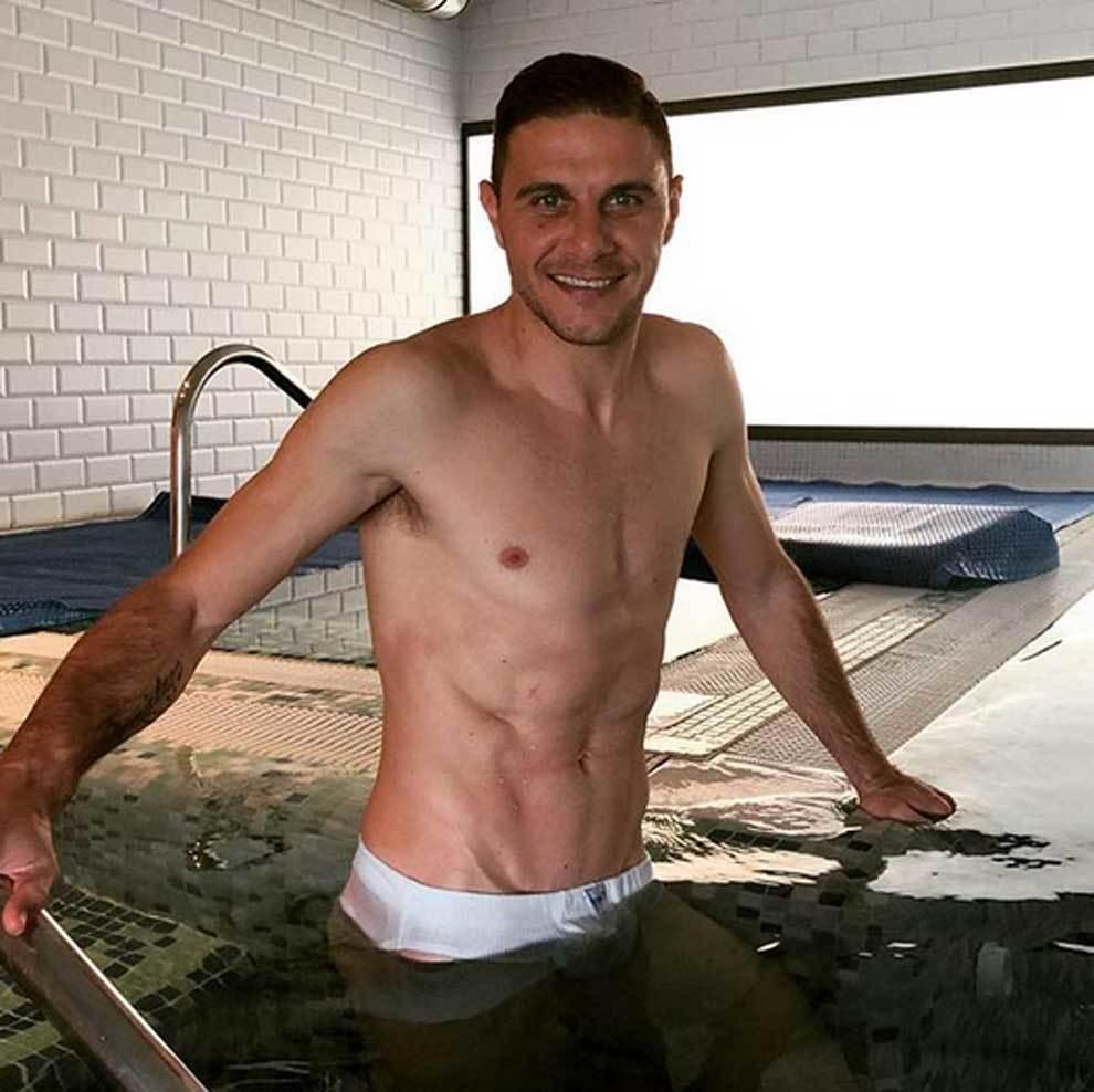 Joaquín posando en el agua con sus calzoncillos de algodón que...