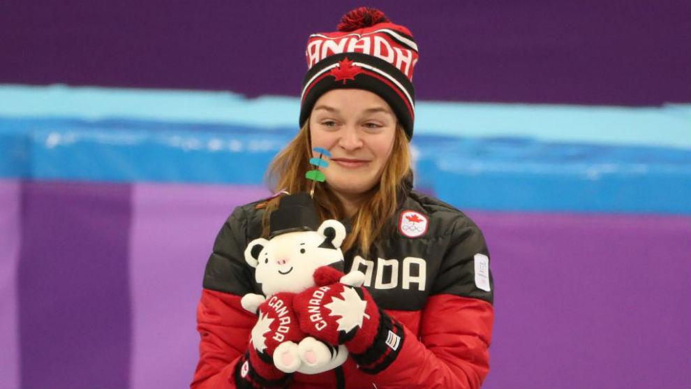 Kim Boutin posa en el podio olímpico tras recibir su medalla en...