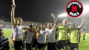 Los jugadores del Zaragoza celebran la permanencia contra el Levante