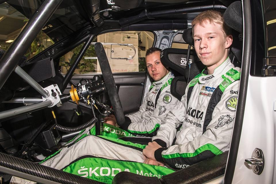 Kalle Rovanperä, junto a su copiloto en el Skoda del WRC2
