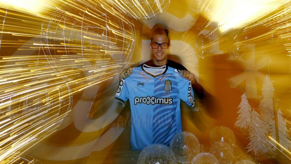 Cristian Benavente posa en MARCA con la camiseta de su equipo.