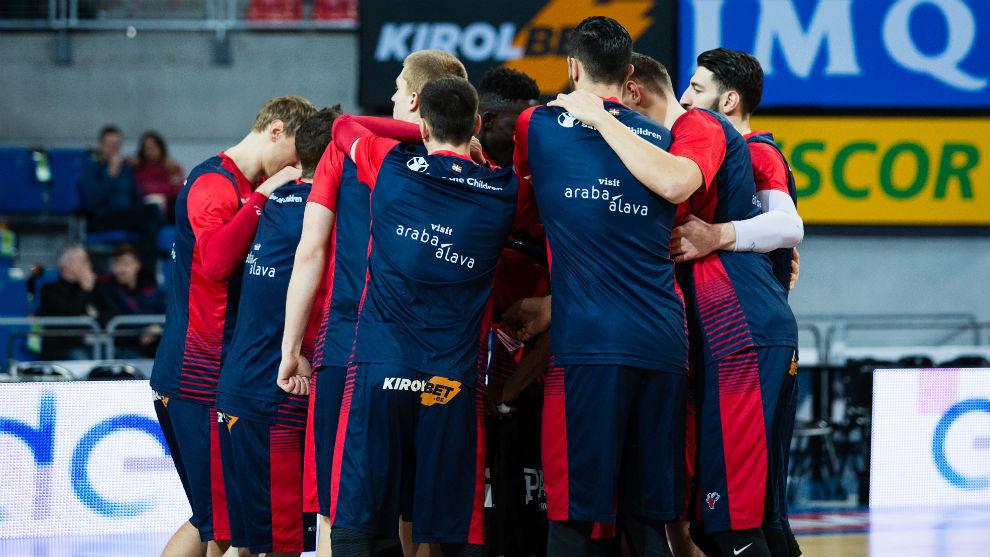 Los jugadores del Baskonia hacen piña antes de un encuentro.