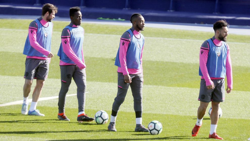 Varios jugadores del Levante durante un entrenamiento