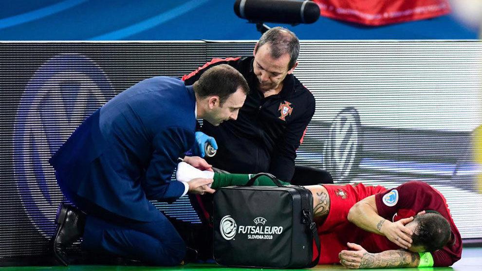 Ricardinho se duele en el suelo tras dañarse el tobillo derecho