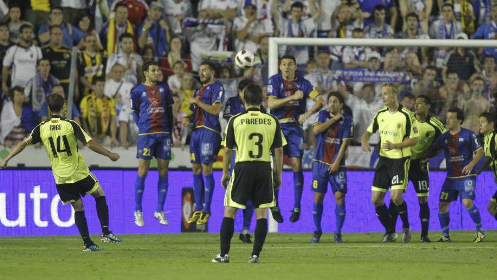 Gabi, marcando uno de los goles del polémico Levante-Zaragoza 10-11,...
