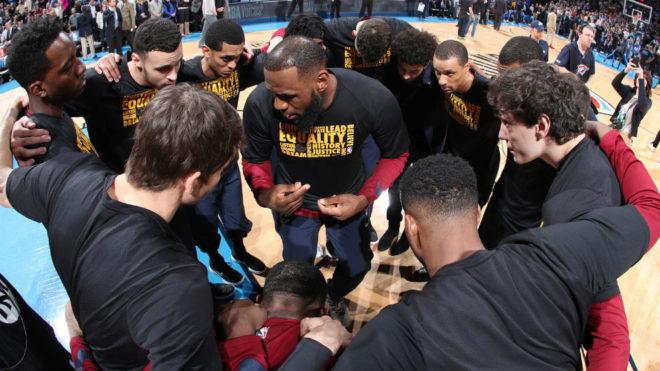 LeBron James, rodeado de sus compañeros, algunos de ellos nuevos este...