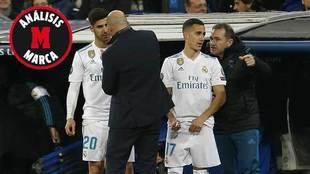 Zidane dando instrucciones a Asensio en el momento del cambio.