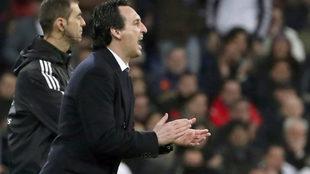 Emery aplaude a los suyos durante el partido