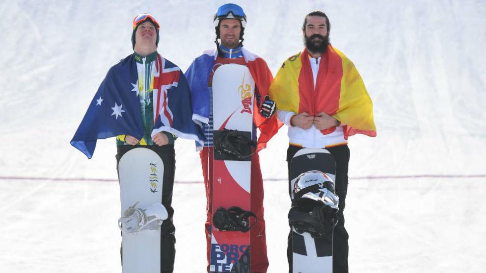 Regino Hernández, en el podio junto al australiano Jarryd Hughes y al...