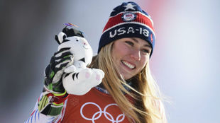 Mikaela Shiffrin, sonriente en el podio.
