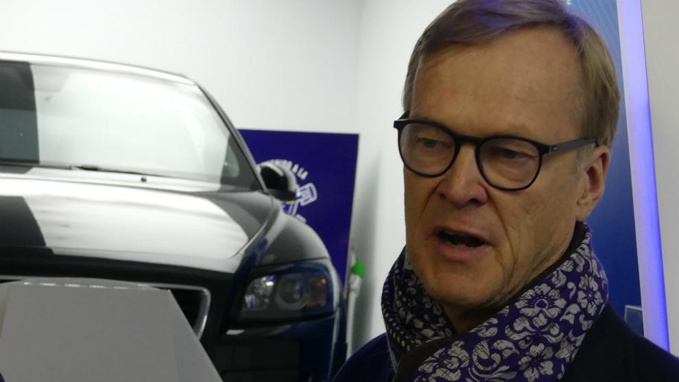 El mítico piloto finlandés conociendo las instalaciones del Jarama.