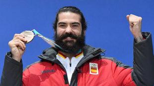 Regino Hernández posa con el bronce olímpico