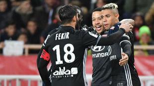 Mariano celebra un gol con Fekir y Depay.