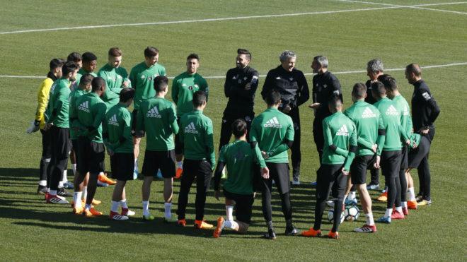 Técnicos y jugadores, reunidos antes del entrenamiento.