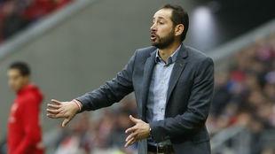 Pablo Machín duarnte un partido con el Girona