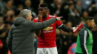 José Mourinho da instrucciones a Pogba durante el partido contra el...