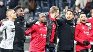 Los jugadores del Eintracht Frankfurt celebran la victoria sobre el...
