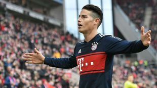 James celebra un gol con el Bayern
