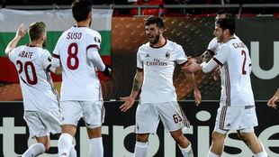 Cutrone celebra el gol con sus compañeros