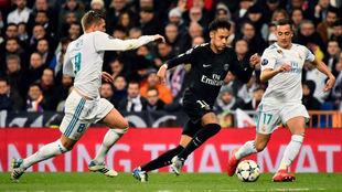 Kroos y Lucas 'persiguen' a Neymar en el Bernabéu