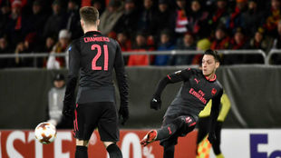 Özil en un momento del partido