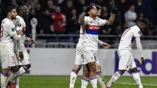 Los jugadores del Lyon celebran el gol de Depay