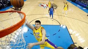 Ivica Zubac jugando con los Lakers en 2018