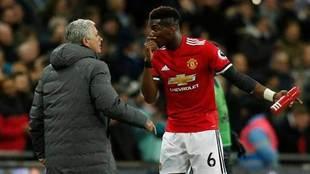 Mourinho y Pogba dialogan en un parón de un encuentro del Manchester...