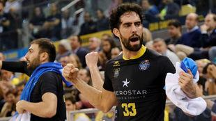 Javi Beirán celebra una canasta en el partido de cuartos ante el...