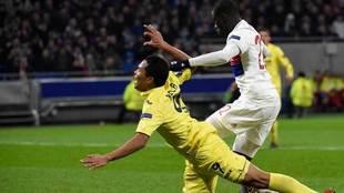 Bacca disputa un balón con Ferland Mendy en el Lyon-Villarreal.