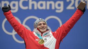 Matthias Mayer celebra su título olímpico en el Súper Gigante.