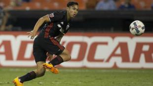 Bruno Miranda persigue un balón durante un partido.