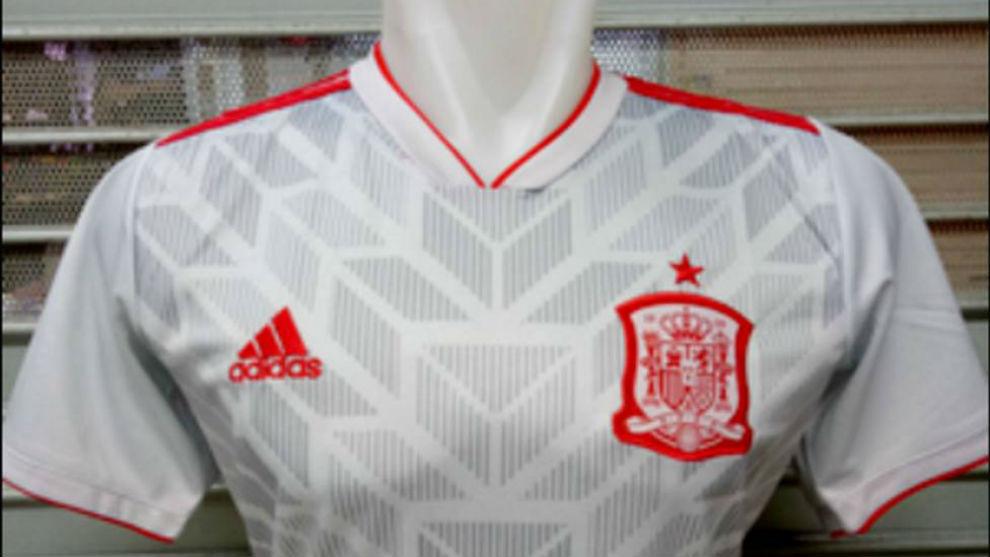 aa06a506f075f Filtran la posible segunda equipación de España para el Mundial de Rusia.  Selección de EspañaBlanca con entramados grises y ribetes rojos