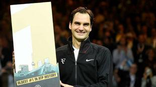 Federer, con el trofeo conmemorativo