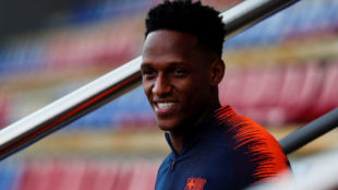 Yerry Mina sonríe durante un entrenamiento con el Barcelona.