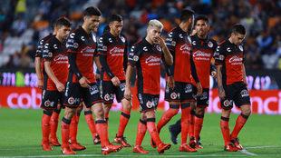 Plantilla de Xolos en lamento tras partido ante Pachuca.