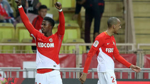 Keita Baldé celebra su gol ante la presencia de Fabinho.