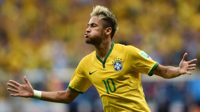 Neymar celebra un gol con Brasil.