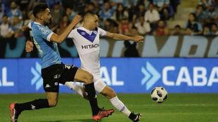 Mauro Zárate dispara en el partido ante Belgrano.