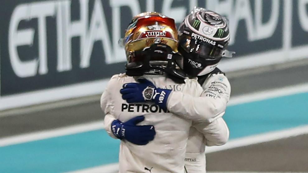 Valtteri Bottas, abrazado a su compañero Lewis Hamilton.