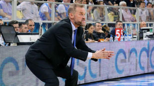 Nestor García, entrenador del Montakit Fuenlabrada, da instrucciones...