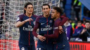Neymar, Di María y Cavani celebran uno de sus goles.