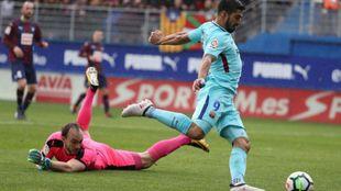 Luis Suárez bate a Dmitrovic