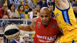 Gregory Vargas trata de superar la defensa de un jugador del Herbalife...