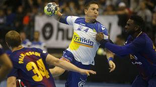 Bernatonis lanza a portería ante el Barcelona