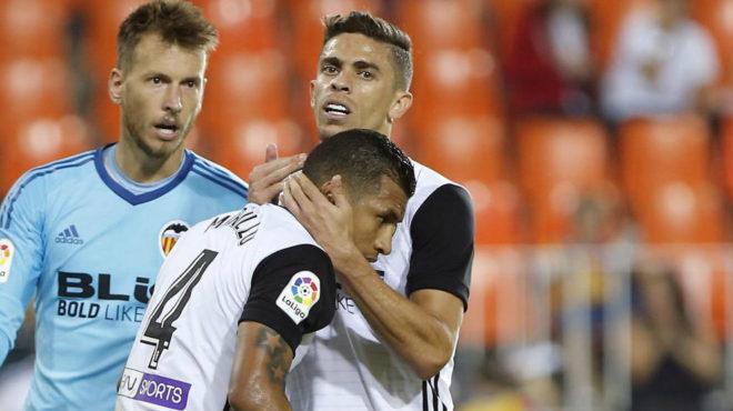 Paulista abraza a Murillo durante un partido.