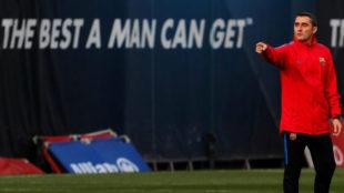 Valverde, en un entrenamiento con el Barcelona.
