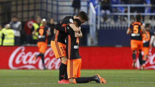 Murillo y Gayá se abrazan al acabar el partido en Málaga.